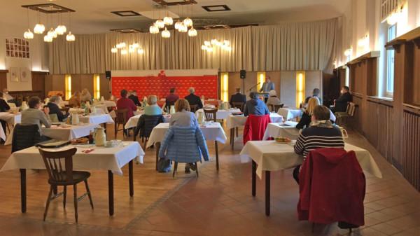 Delegierte hören der Rede von Ingo Estermann zu